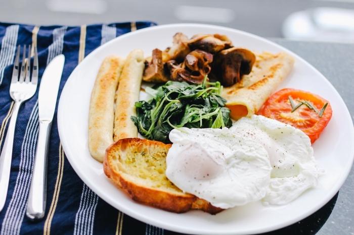 recette facile et pas cher aux oeufs et pain grillé avec garniture de champignons rôti et tomates fraiches