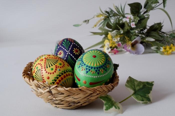 comment faire une deco table paques avec panier en fibres végétales et oeufs décorés en peinture alimentaire et motifs ethniques