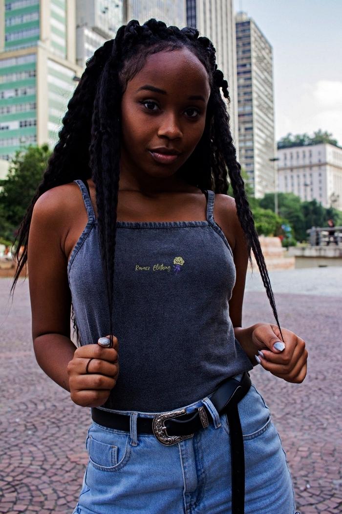 tresse africaine femme avec rajouts, modèle de nattes africaines épaisses, coiffure cheveux crépus pour l'été