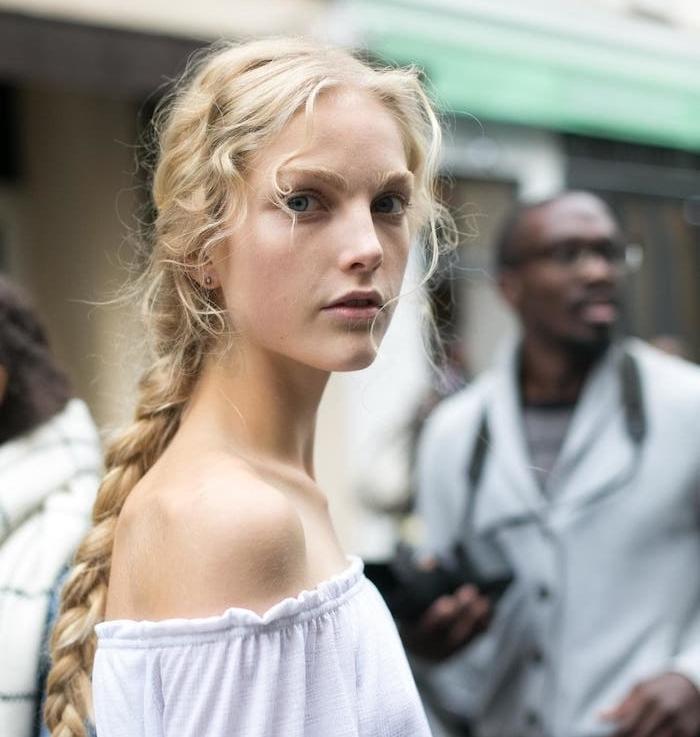 modele de tresse longue avec des mèches blond rebelles, chemise femme blanche, cheveux bouclés femme