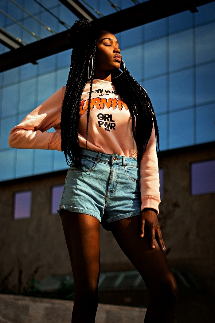 coiffure afro avec tresses longues et demi-chignon bun, coiffure tresse africaine femme avec rajouts combinée avec un demi-bun