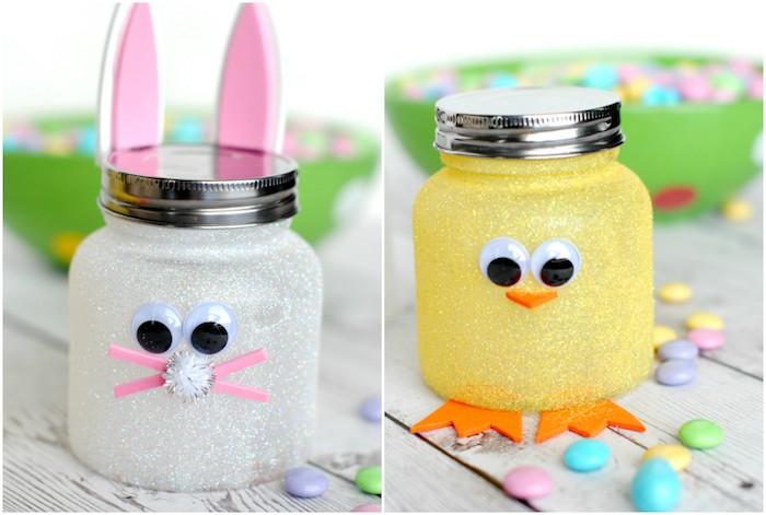 idée de deco de paques en petits pots en verre, décorées de paillettes, des yeux mobiles, oreilles, bec, pattes en papier mousse, motif lapin et poussin de paques