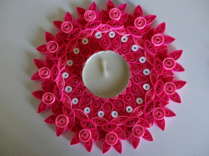 porte-bougie rose et une bougie blanche, décoration créée avec des formes quilling basiques