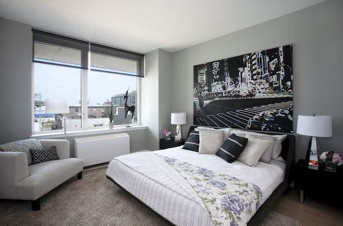 trouver une inspiration chambre adulte, décoration moderne pour chambre parentale avec murs gris, tableau photo pour décoration murale