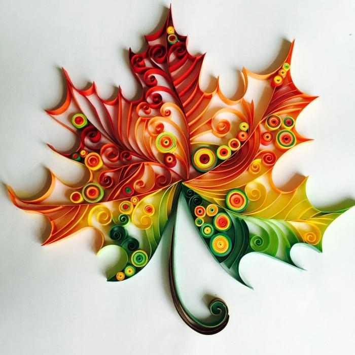 feuille en couleurs d'automne en papier quilling, art avec papier plié