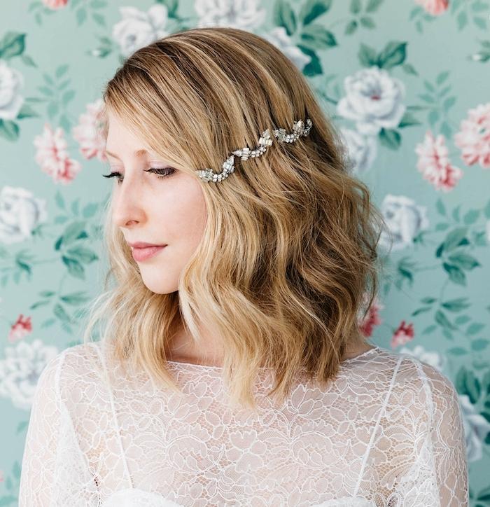 carré ondulé femme mi long avec des ondulations romantiques et un accessoire cheveux femme original, robe de mariée blanche