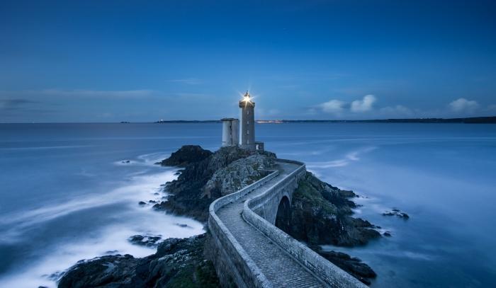 idée pour un fond d écran gratuit pour ordinateur, photo de phare marin et chemin sur les rochers au dessus de mer