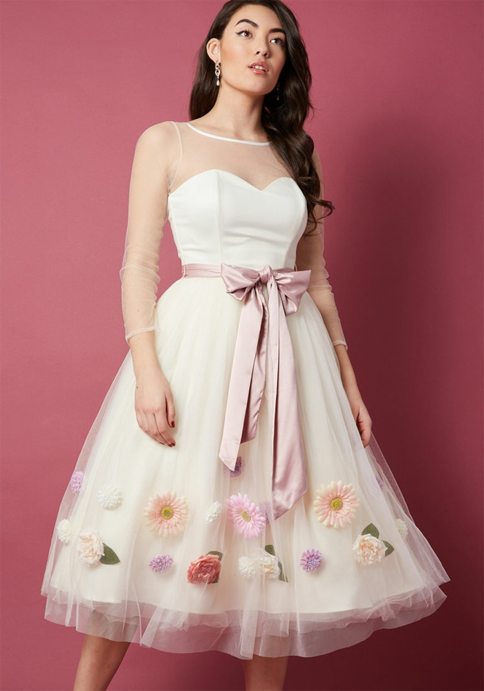 robe bouffante, robe bustier, dentelle fine à la partie haute, ceinture ruban rose