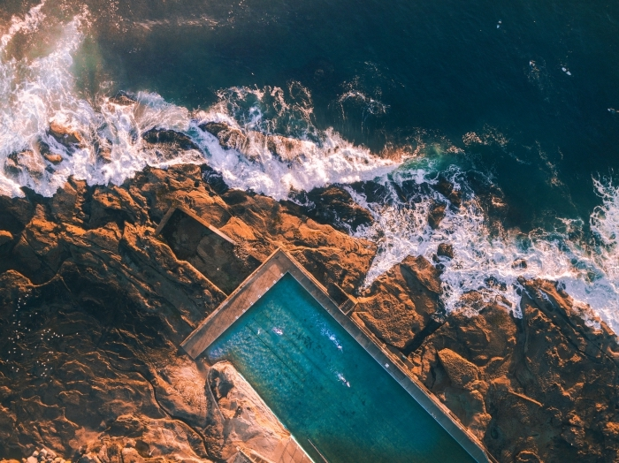 photo pour un fond d écran gratuit au paysage marin, image de vagues qui brisent au rocher et une grande piscine ouverte