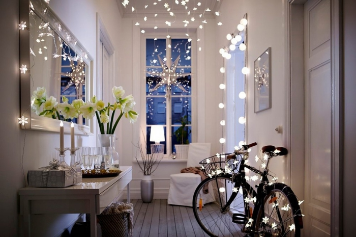 comment decorer un couloir avec guirlandes lumineuses et fleurs blanches, aménagement couloir avec meubles de bois et vase gris métallique