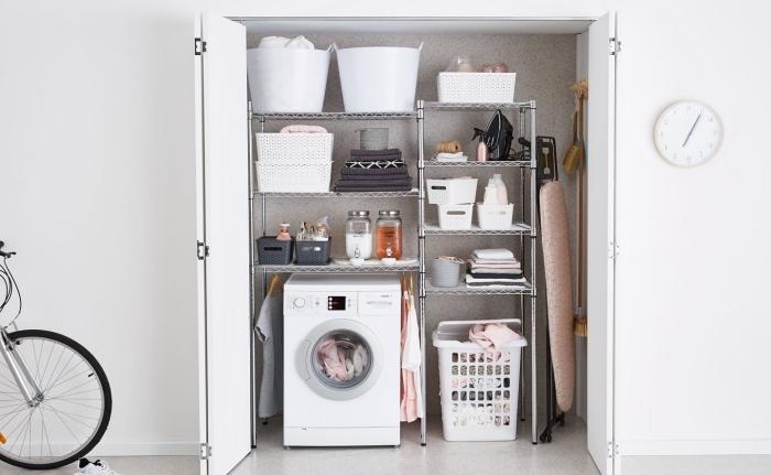 exemple d'etagere buanderie combinés avec paniers et boîtes pour objets tout usage, déco intérieur clair aux murs blancs