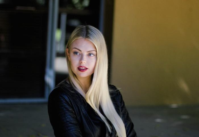 maquillage pour yeux clairs avec rouge à lèvres rouge matte et mascara noir, coloration de cheveux brune avec mèches et pointes blondes