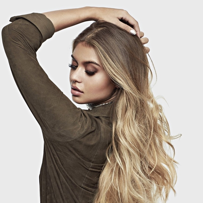 jolis cheveux longs et ondulés de couleur ombré avec pointes blondes et racine de couleur blond foncé