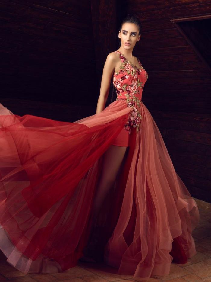 modèle de robe de soirée chic à design fantaisie avec haut de nuance corail à broderie florale et jupe à volants en tulle