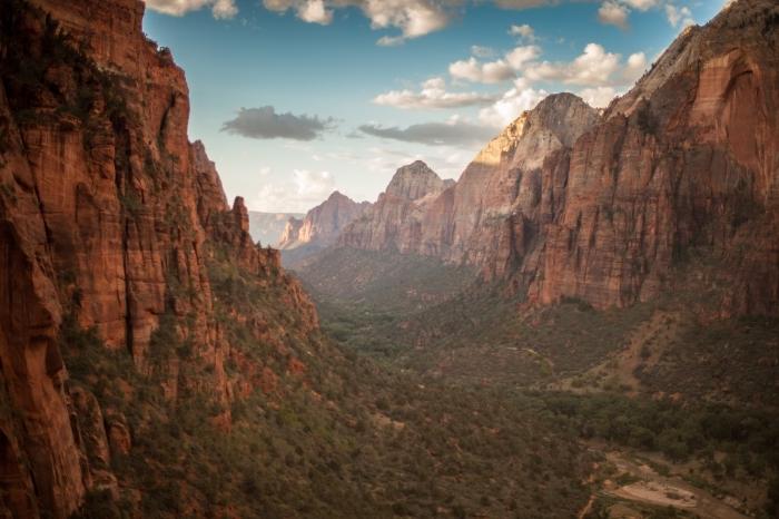 wallpaper fond d écran avec vue vers les canyons, rochers couverts de gazon et de végétation sous le ciel bleu