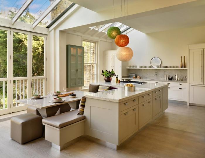 cuisine blanche, plan de travail ilot central avec plusieurs placards, cuisine spacieuse toute blanche