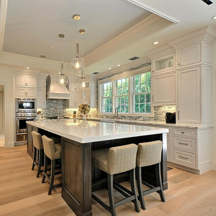 cuisine blanche et bois, cuisine avec ilot, ilot blanc et bois commode, comptoir lisse et lumineux dans une cuisine stylée
