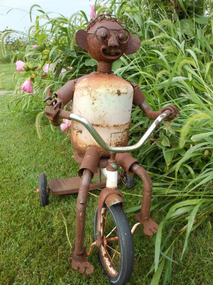 jardin deco, déco jardin récup, petit bonhomme sur sa vélo parmi les plantes de la pelouse, decorer son jardin avec des vieux objets en leur donnant une nouvelle vie