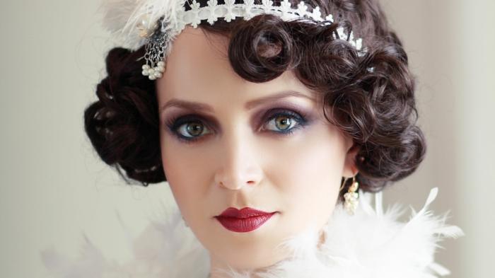 coiffure mariee, coiffure mariage cheveux courts, bob ondulé, cheveux foncés, headband cheveux courts en dentelle blanche avec des plumes et des perles blanches