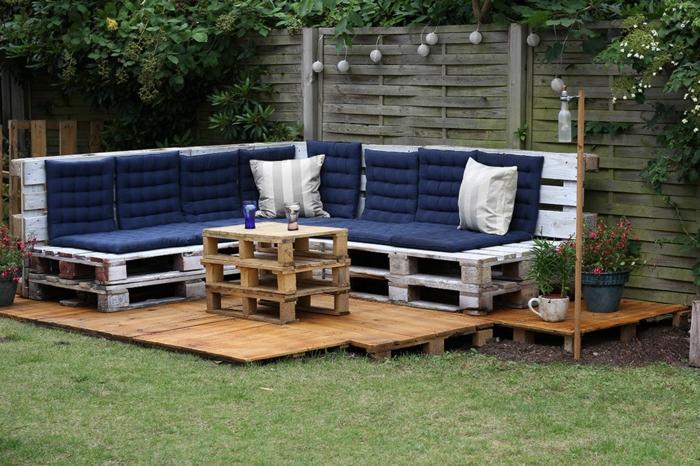 jardin deco, deco jardin pas cher, fauteuil palette, banc en palette, table de jardin en palette, pièces disposées sur une plate-forme en bois clair