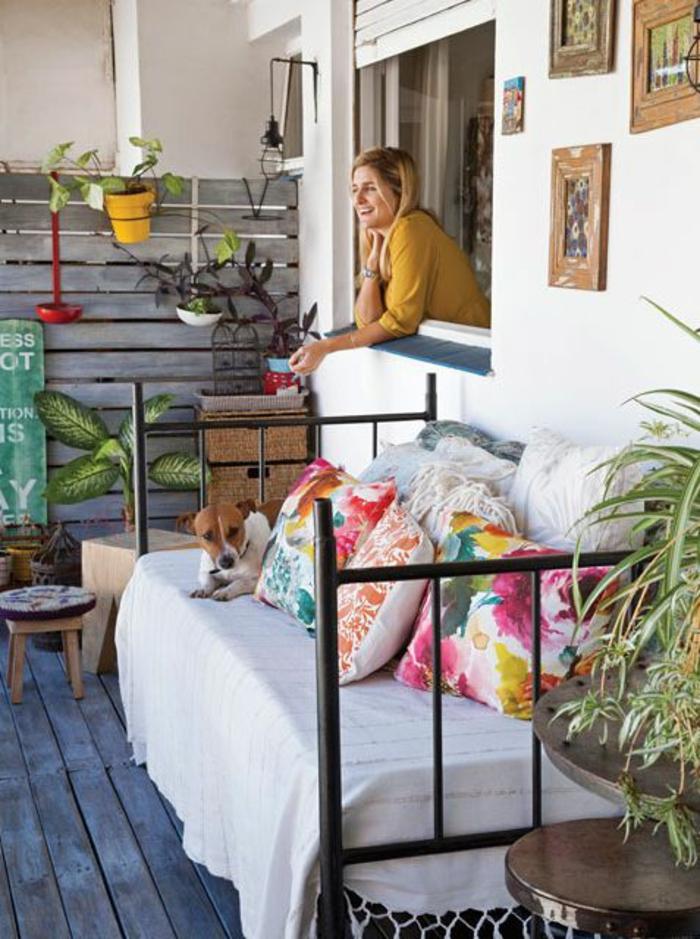 idée déco appartement, balcon fleuri, lit vintage récupéré pour servir de canapé pour la terrasse, idee deco terrasse, style aménagement boho chic