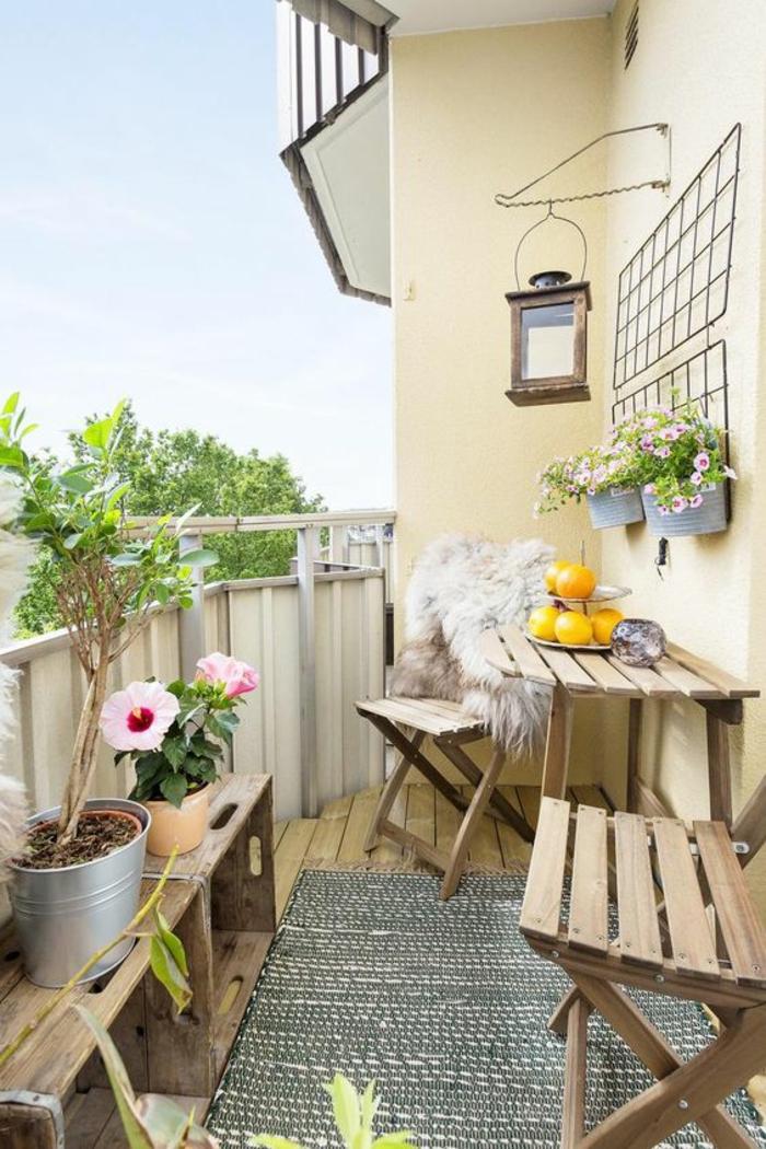 idee deco terrasse, déco jardin récup avec des caisses de palettes utilisées comme porte-plantes, deux chaises pliables et une table pliable, balcon fleuri