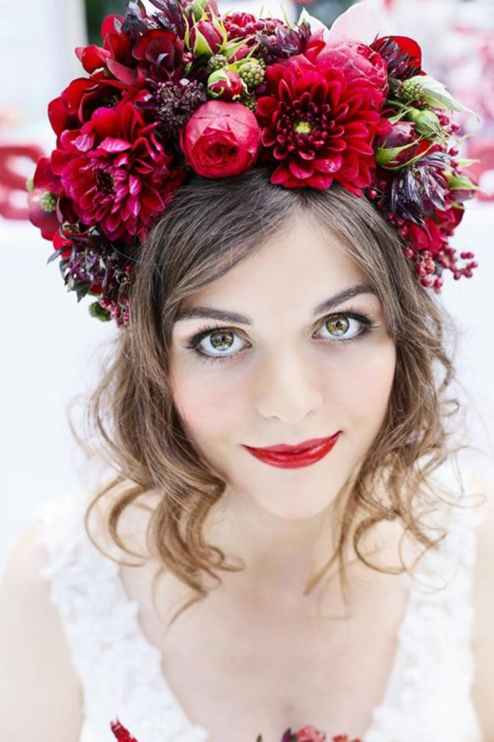 coiffure mariee, idée coiffure mariage, coiffure mariage boheme, coiffure cheveux court mariage, couronne de fleurs rouges dahlias, coiffure mariage invitée
