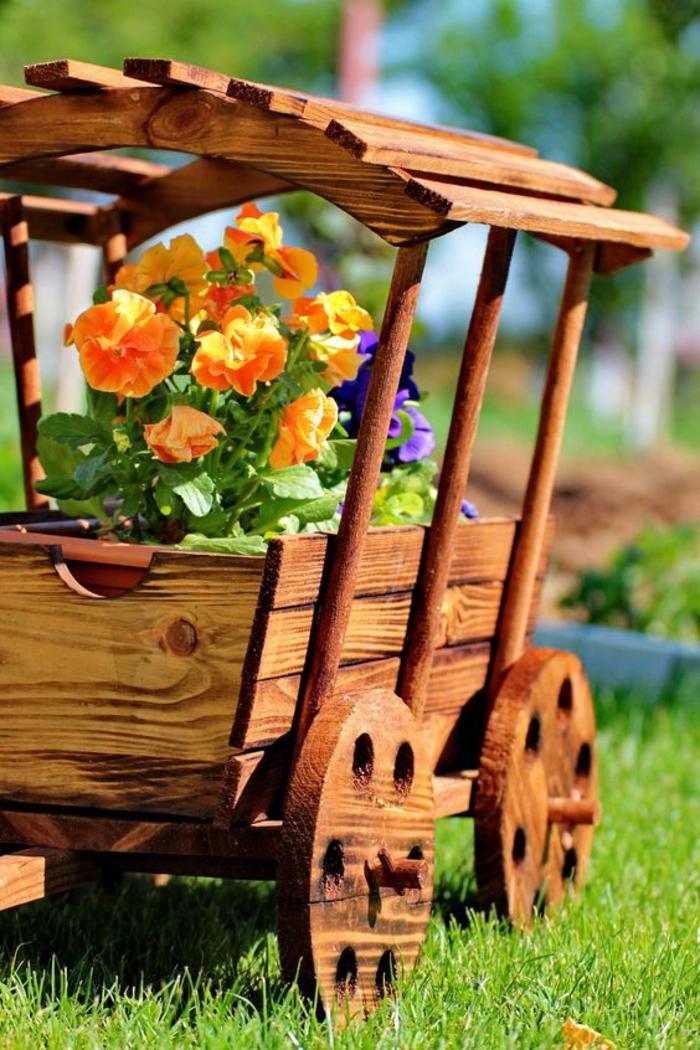 chariot en bois, décorer son jardin, déco jardin récup, amenagement jardin, idee amenagement jardin devant maison, pot de fleurs minuscule