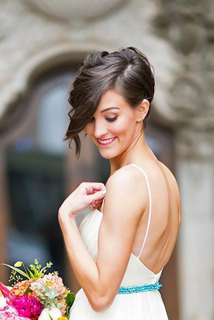 coiffure mariage invitée, idée coiffure mariage, bob asymétrique, raie de coté, coiffure mariee, coiffure femme mariage, femme avec robe blanche aux bretelles fines avec ceinture en bleu pastel recouverte de sequins