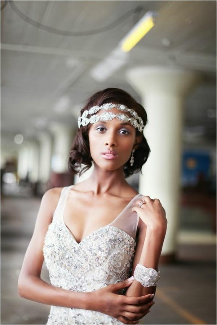 headband cheveux courts, deux tours avec des éléments en métal couleur argent, carré coiffure femme mariage, robe avec des bretelles larges en tulle transparent