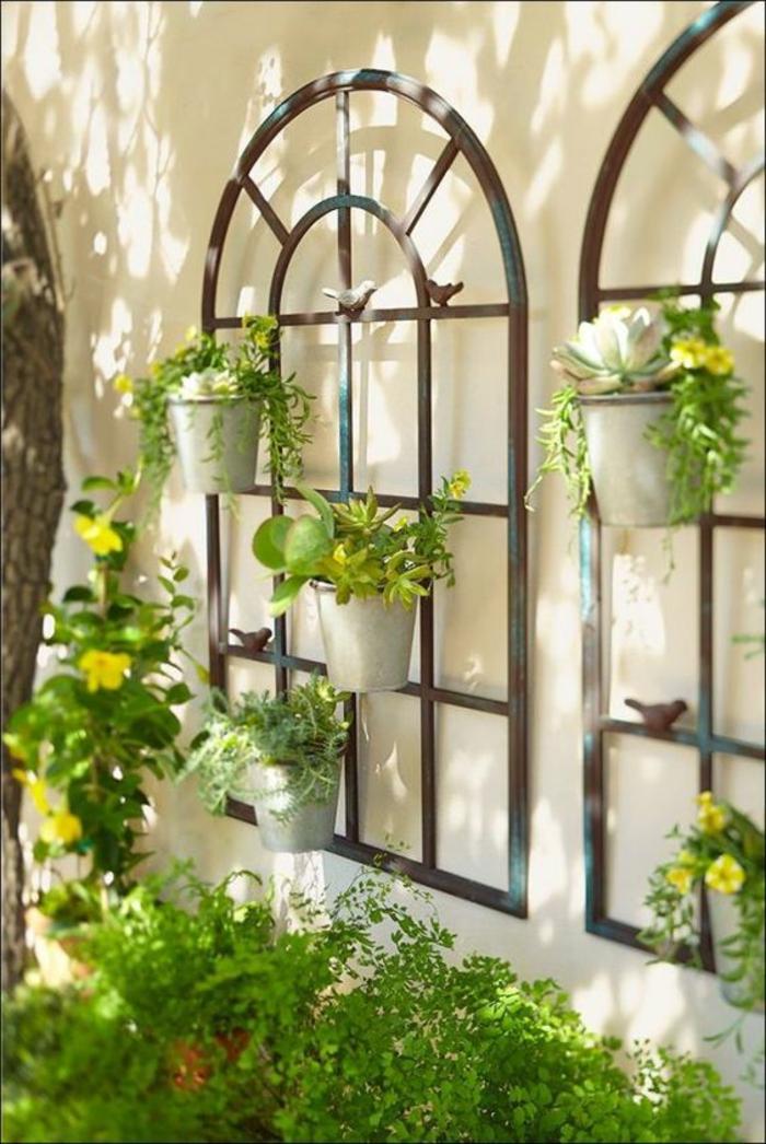 porte-plantes murales, fenêtres en arches en bois, décorer son jardin, deco jardin pas cher, planes vertes, jardin au printemps, decorer son jardin avec des objets trouvés au grenier