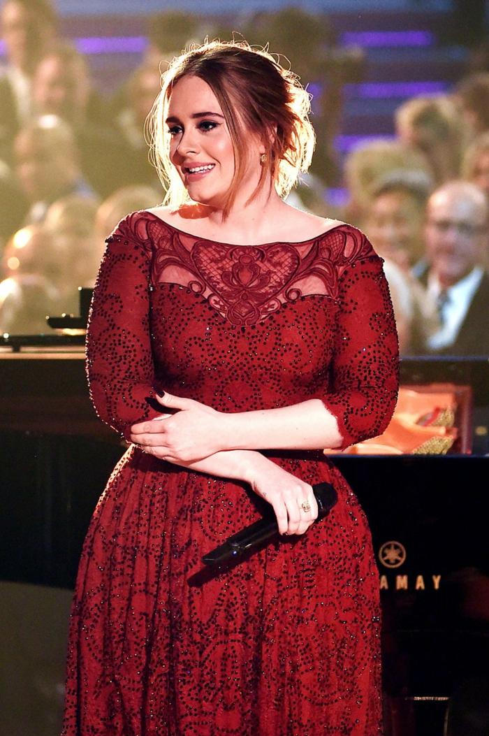 robe élégante rouge, robe dentelle avec manches midi longues, Adele en une robe élégante