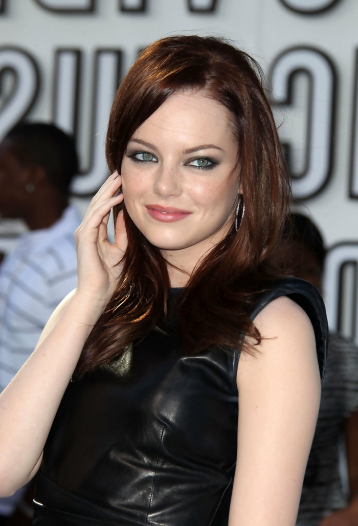 makeup des yeux avec un crayon bleu, cheveux roux, tenue en cuir noir, astuce maquillage