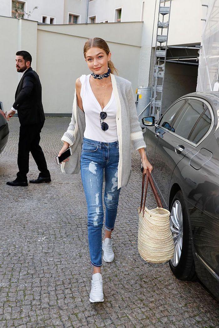 Tenue simple décontractée chic Gigi Hadid jean déchiré top blanche basket blanche moderne tenue 2018