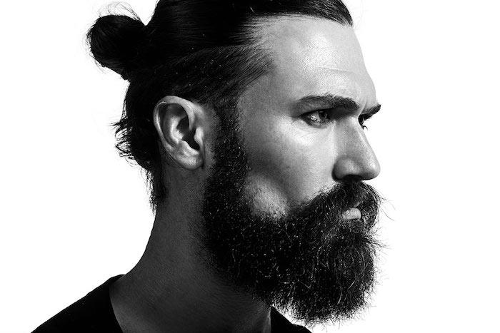idée coupe cheveux long avec chignon man bun et barbe longue brune