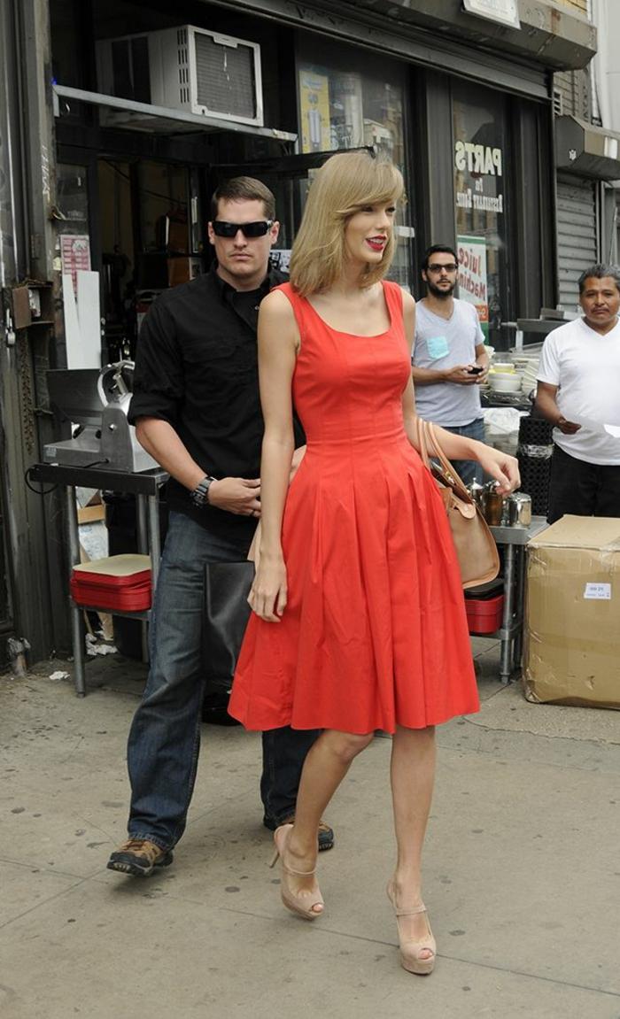 robe mi-longue rouge portée par Taylor Swift, jolies robes de soirée