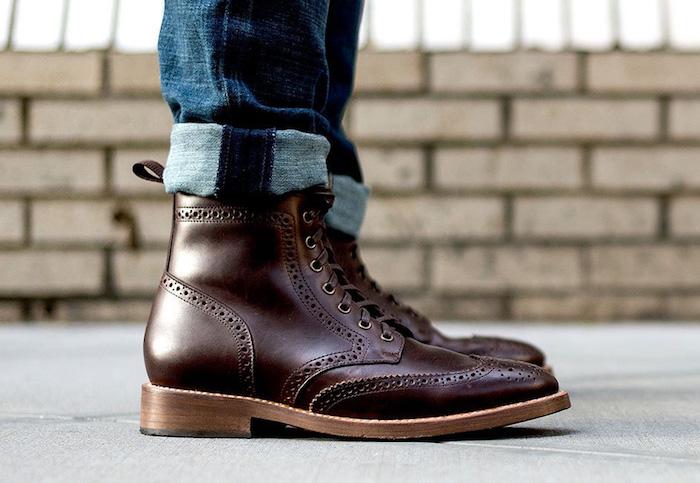 photo profil chaussures homme type wingtip boot ou bottines montantes avec perforations en cuir