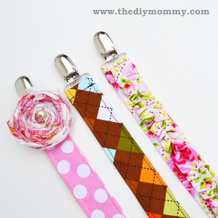 idée originale pour une attache tétine tissu imprimé à motifs joyeux, réalisée à la main et personnalisable à volonté