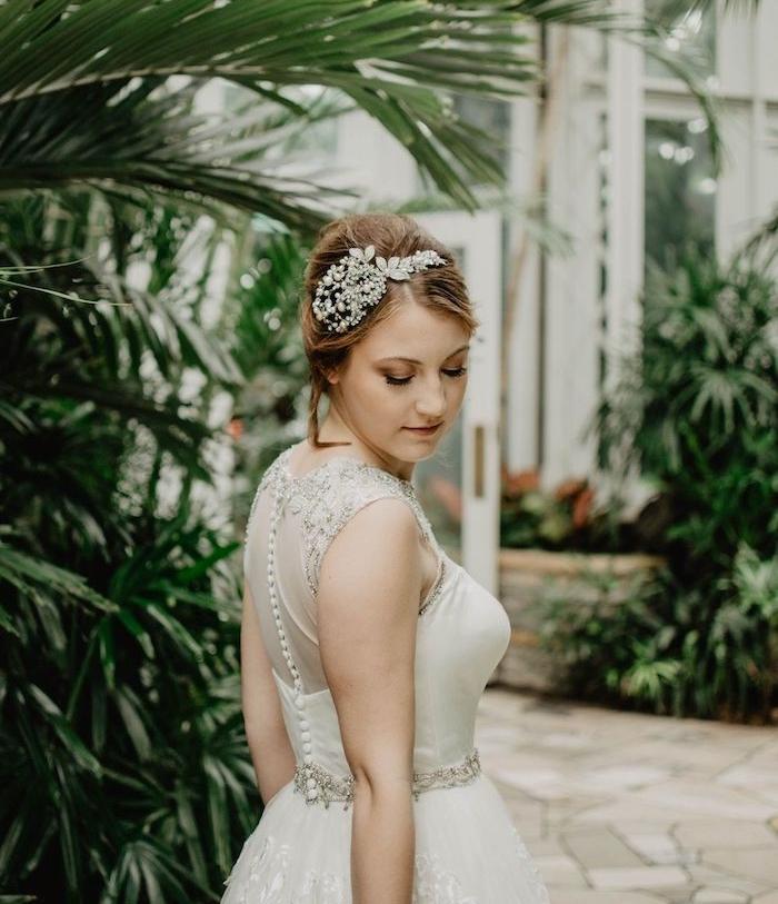 chignon mariage boheme chic avec accessoire cheveux fleuri serre tête, idée de coiffure style bohème chic