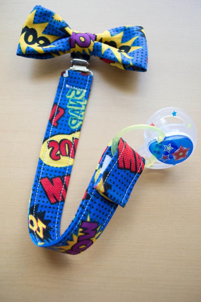 clip attache tetine personnalisé avec un nœud papillon à motif super héros marvel assorti avec la bande