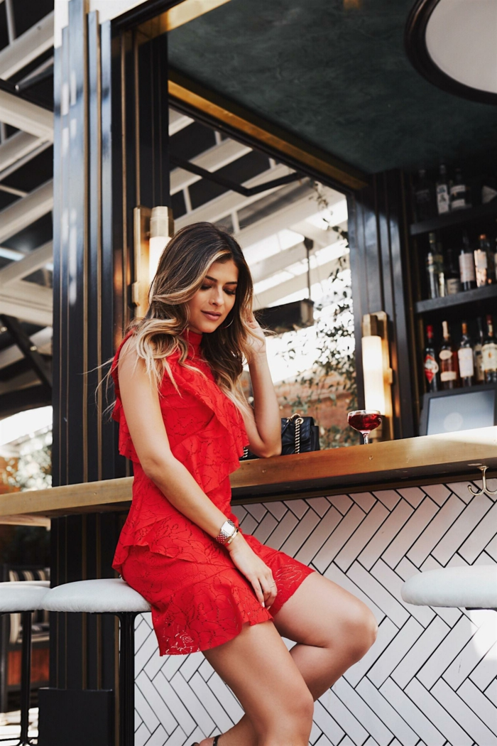 jolie fille qui porte une robe rouge de cocktail, robe de soirée pas cher rouge