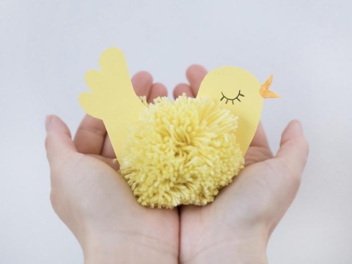 projet créatif pour les enfants, activité manuelle de paques, faire un poulet en papier jaune et pompon de laine