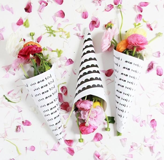 des cônes de papier noir et blanc avec de petits bouquets de fleurs dedans, cadeau fête des mères maternelle