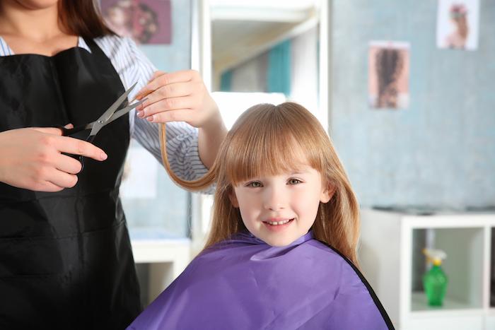 Coupe de cheveux pour petite fille coiffure enfant photo mignonne coupe de cheveux longue avec frange adorable fille