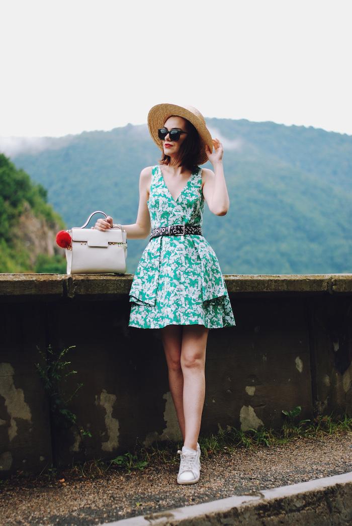 Tenue avec basket tenue feminine confortable idée comment s habiller chic tenue de vacances robe zara fleurie basket blanche