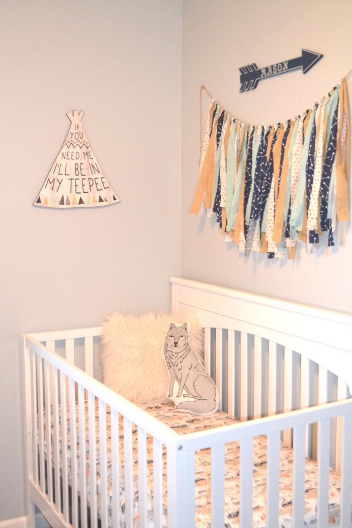objets décoratifs pour les murs à design ethniques, idée déco au-dessus d'un lit bébé en bois blanc couvert avec coussins