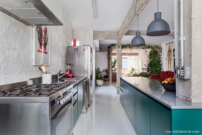 une petit cuisine industrielle d'air professionnel associant l'équipement inox à des placards dans poignées couleur vert émeraude, quelle couleur pour une cuisine d'esprit loft