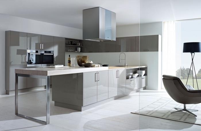 cuisine gris laqué au design contemporain équipée d'un îlot central à comptoir en bois massif et acier