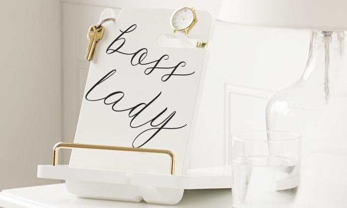 exemple de cadeau fête des mères pas cher, organisateur de bureau en blanc avec finitions dorés à accrocher ses bijoux et clés