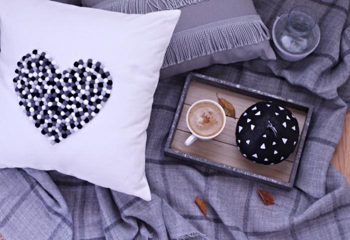 idée activité manuelle maternelle facile pour la déco de la chambre ado fille, couverture de lit grise avec housse de coussin customisée en pompons